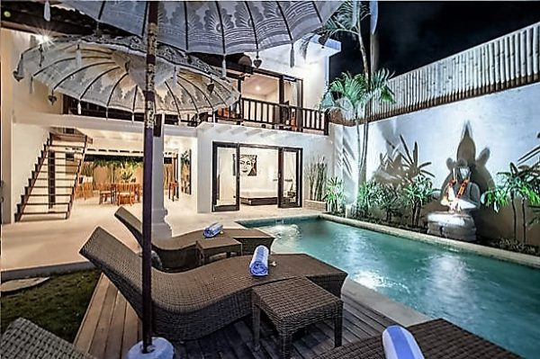 Terraza con sombrillas balinesas