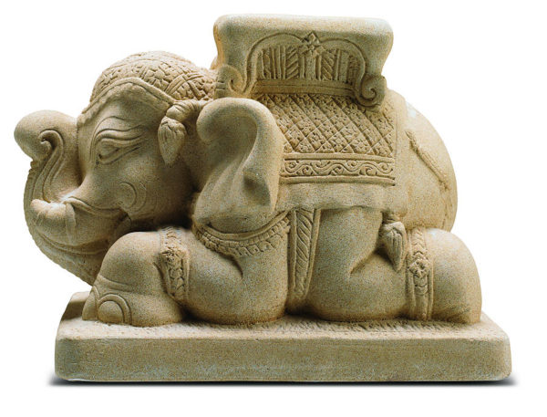 Pie de sombrilla de piedra con elefante tallado.