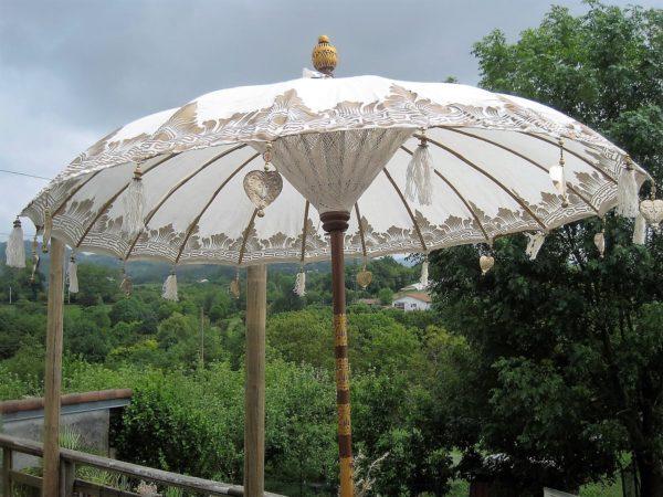 Sombrilla blanca con motivos dorados