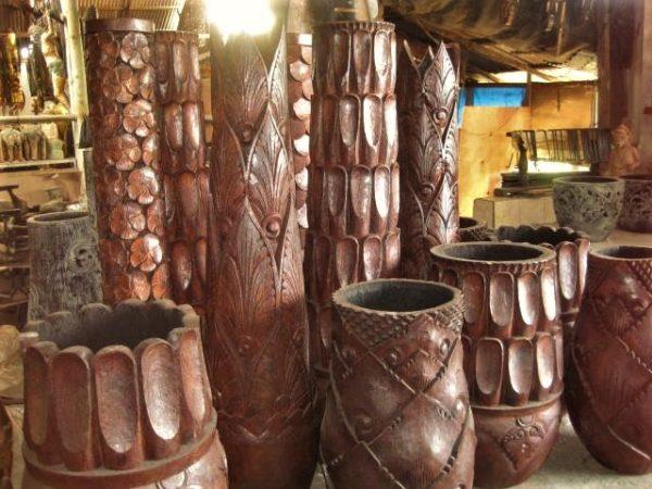 Vasijas de coco talladas para decoración de velas y plantas.