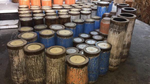 Velas sobre troncos de coco pintados