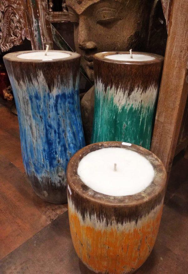 Velas en vasijas de coco pintados.