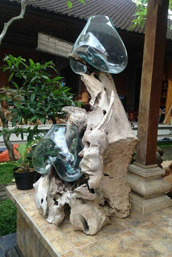 Figura decorativa de raíz de teca con peceras de de vidrio.