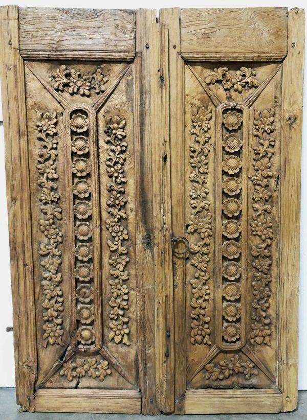 Puerta tallada artesanalmente.
