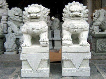 Pareja de leones de fu en piedra blanca.