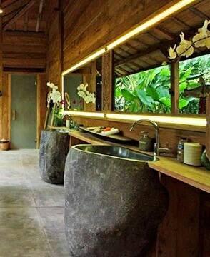 Pedestales de piedra en baño tropical