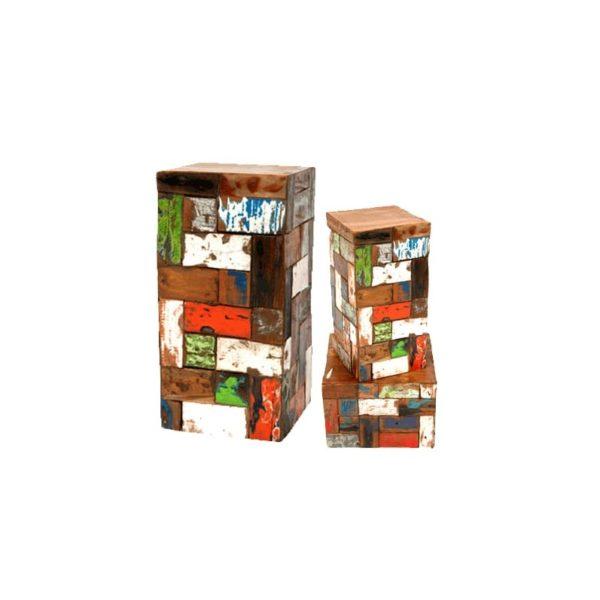 Taburetes de colores hechos con madera reciclada.