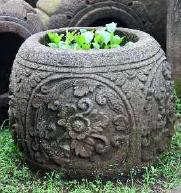 Macetero de piedra tallada con planta