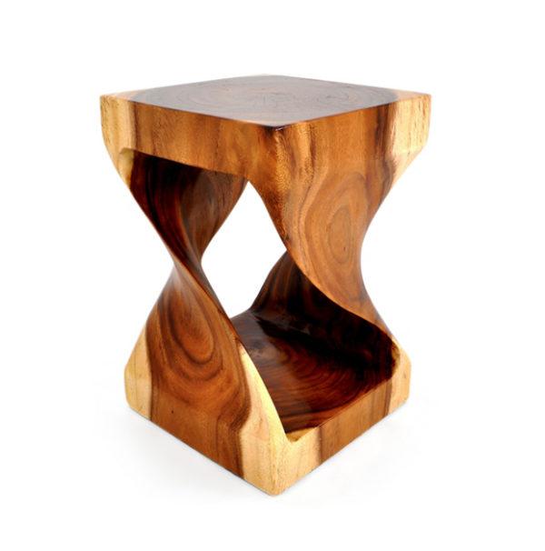 Taburete en madera de suar.